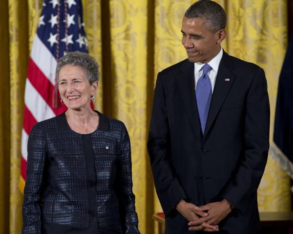 Davis en la entrega de la Medalla Nacional de Humanidades por Barack Obama (2013)