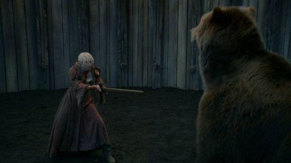 """La guerrera Brienne de Tarth es ridiculizada en esta macabra """"recreación"""" de la popular y ambigua canción El oso y la doncella."""
