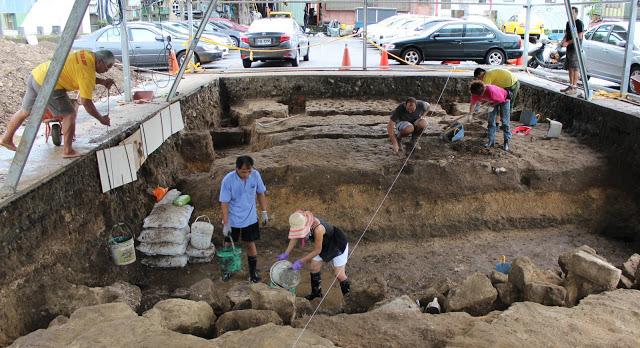 Arqueólogos trabajando en el muro de la iglesia (Historia y Arqueología)