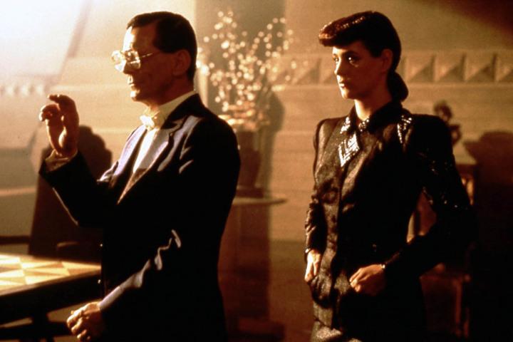 El magnate Eldon Tyrell y su más perfecta creación, la replicante Rachael.