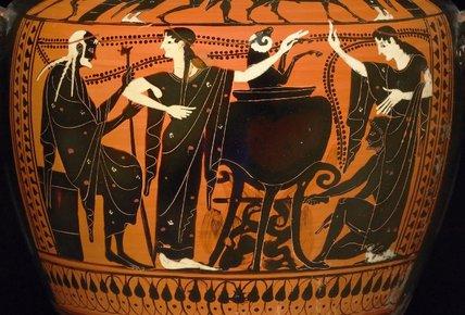 Cerámica ática de figuras negras (s. V) donde se ve a Medea mostrándole a Pelias la resurrección de un carnero (British Museum)