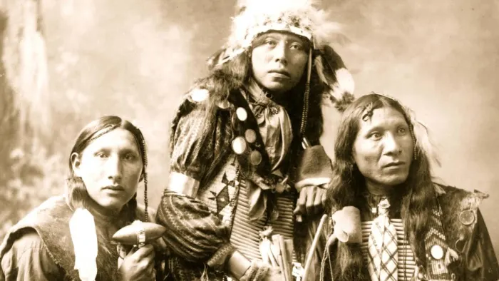 Tres jóvenes sioux en una fotografía de 1899 (Fuente: History.com).